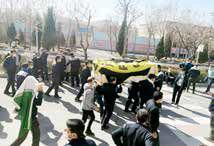 تشییع جنازه نمادین هپکو از سوی کارگران در خیابانهای اراک