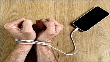 زندگی را از من بگیر؛ موبایلم را هرگز!