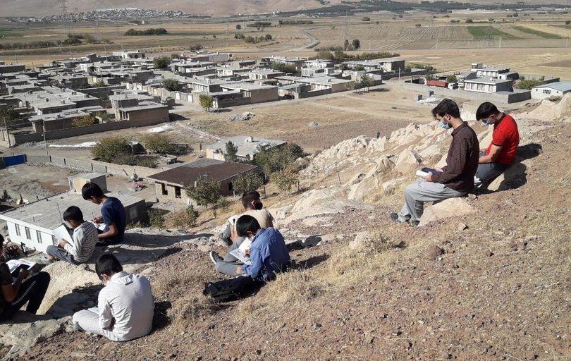 تشکیل کلاس درس آنلاین بالای کوه روستای فراش