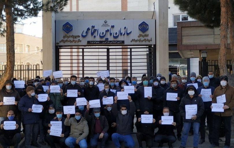 تجمع کارگران بازنشسته مقابل اداره تامین اجتماعی اهواز