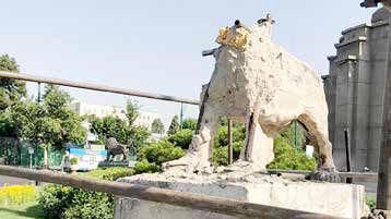 تخریب شیرهای میدان حُر و پاسخ میراث فرهنگی