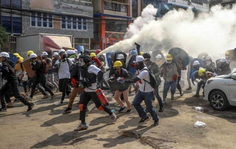 کشته شدن ۱۲ تن دیگر در اعتراضات میانمار