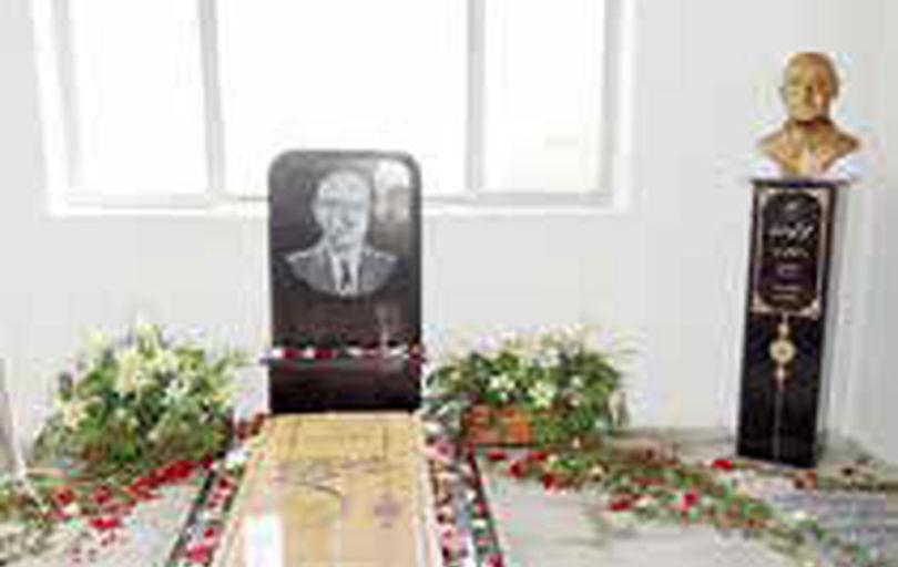 نصب سردیس کلنل وزیری در آرامگاه خانوادگی